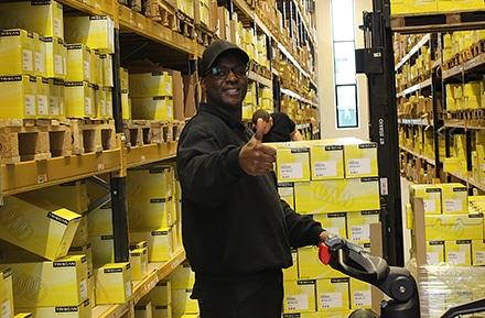 Medarbejder på lageret hos Triscan